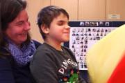 DGFT-Mitarbeiterin Michaela Köster mit taubblindem Kind