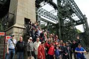 Das Bild zeigt die Gruppe vor dem Hebewerk