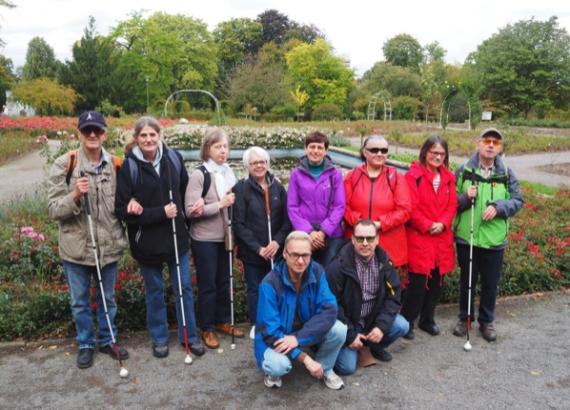 Foto: 10 Taubblinde/Hörsehbehinderte im Rosengarten des Grugaparks in Essen-Rüttenscheid